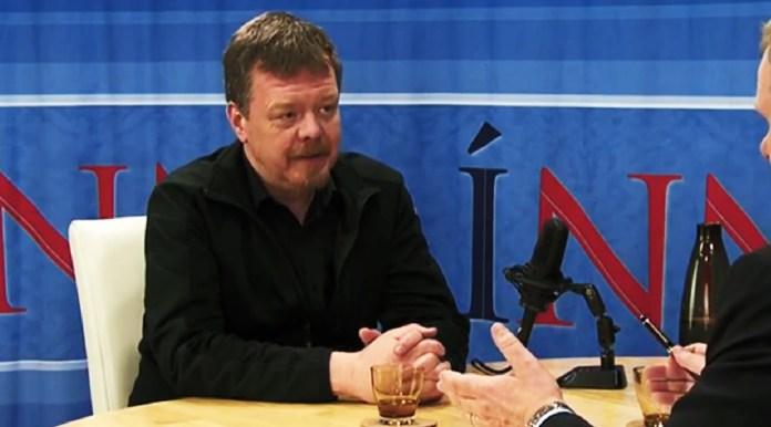 Hilmar Sigurðsson formaður SÍK spjallar við Jón Gunnarsson alþingismann.
