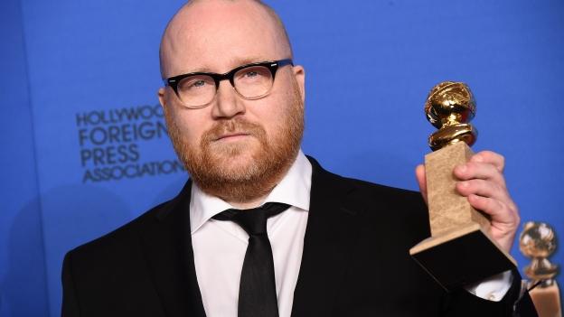Jóhann Jóhannsson með Golden Globe verðlaunin í hendi.
