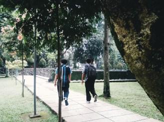 Berjalan bersama.