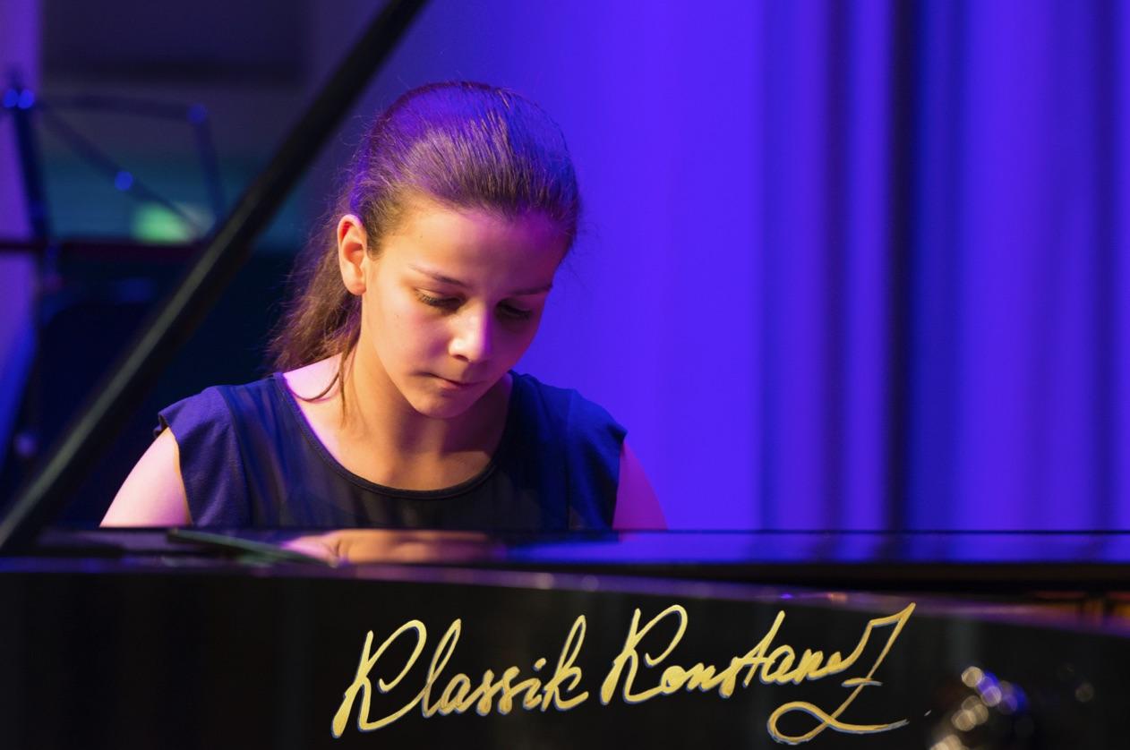 13-jährige Pianistin Javelyn Kryeziu spielt für Klassik Konstanz