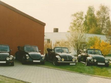 Vier Käfer Cabrio, fotografiert Ende der 1990er Jahre am alten Firmensitz (Lehmstich im Kalletal)