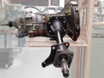 Pendelachsgetriebe mit montierten Achsrohren.