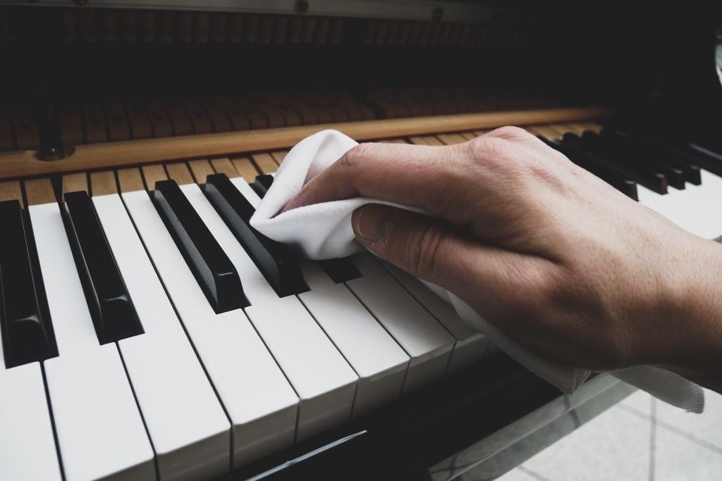 Klaviertasten richtig reinigen