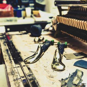 Klavier Pedale ausgebaut und auf hochglanz poliert