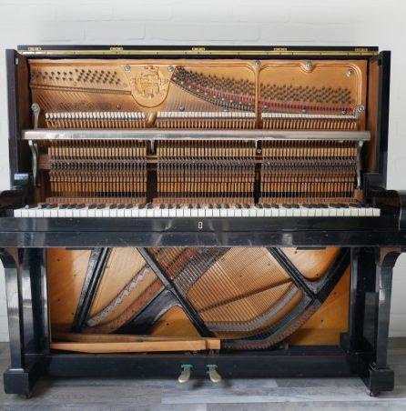 Klavier offen schwarz Mechanik Tasten Pedalerie