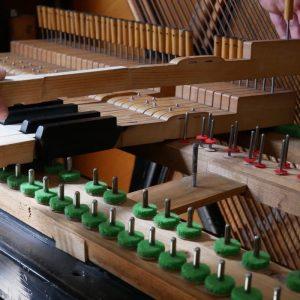 Klaviertasten ausbauen zum reinigen des Klavieres