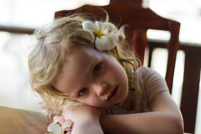 För hon har blommor i sitt hår, som bara jag kan se