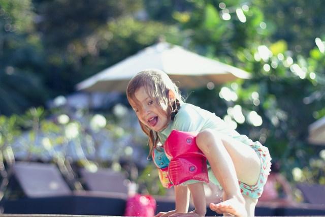 Lek, akrobatik och plask med lillasyster