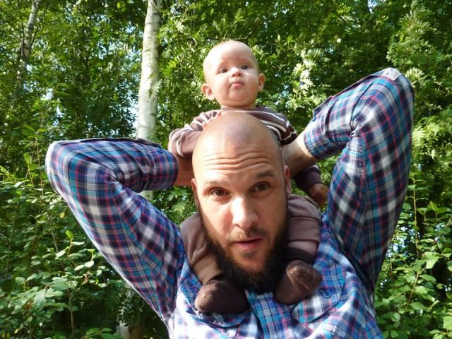 Att sitta på pappas axlar har blivit en ny hobby
