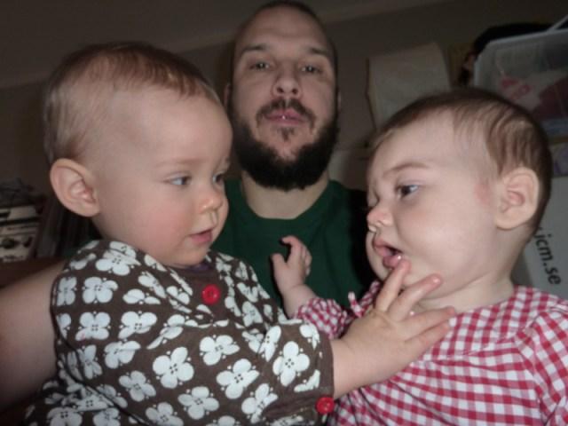 Två kusiner, den ena är snorig, den andra är trött
