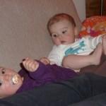 Kusiner kelar, gosar och stöker i soffan medans en trött pappa övervakar