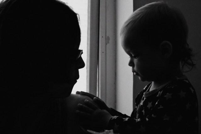 Mor och dotter myser i köket