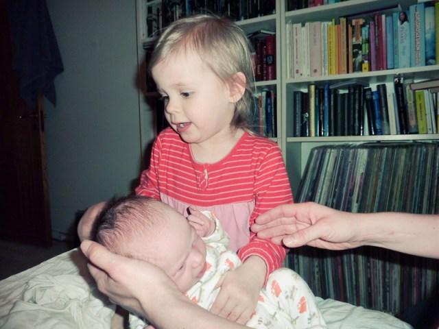 Smilla och mamma kan inte bestämma vem som ska hålla Hilma