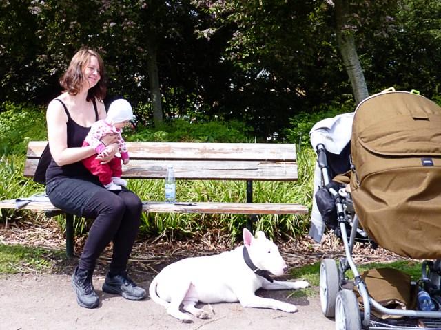 Njuter av det fina vädret i parken efter att ha ätit en pasta lunch från Di Penco
