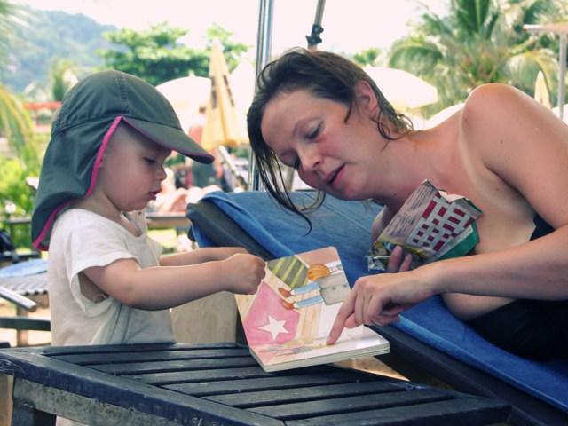 Smilla läser en bok för Susanne