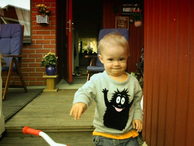 Smilla leker med sin trehjuling
