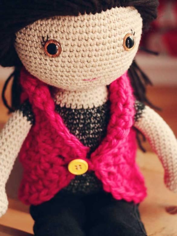 Háčkovaná bábika v ružovom svetri