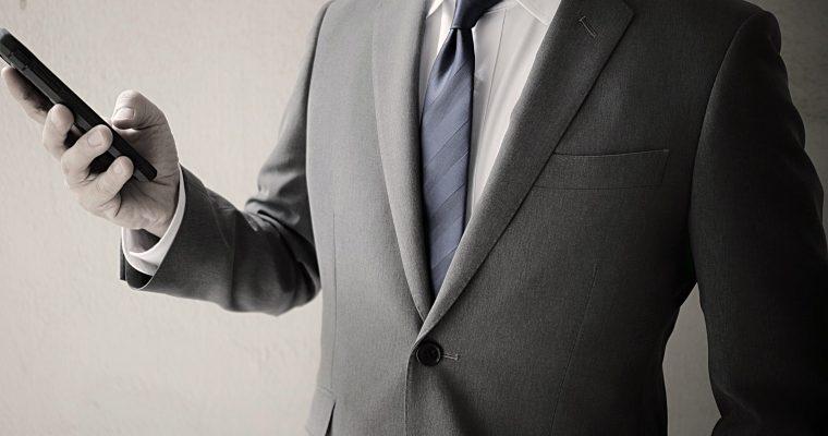 ボタンの留め方から小物の使い方まで。スーツをカッコよく着こなす5つのポイント