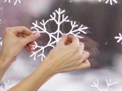 Menempelkan kepingan salju di jendela