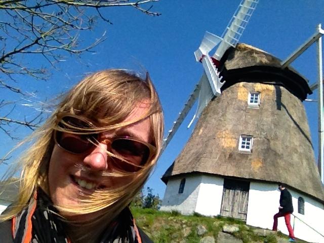 Geef het Hollandse meisje een molen en ze is blij. Geef het Duitse jongetje (erachter) een molenmechaniekje om mee te spelen en ook hij is blij.