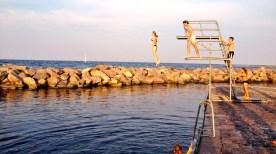 Zeezwemwater met duikplank.