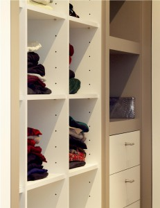Close up kast met planken met kleding
