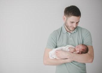 Fatherhood Papa und Baby Neugeborenenfotografin Heilbronn Studio Beilstein
