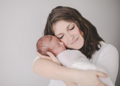 Motherhood Mama und Baby Neugeborenenfotografin Heilbronn Studio Beilstein