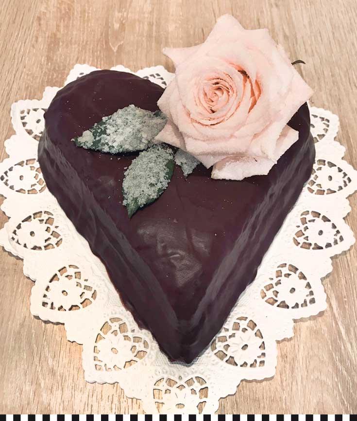 ein Schokoherz mit kandierten Rosen zum Valentinstag
