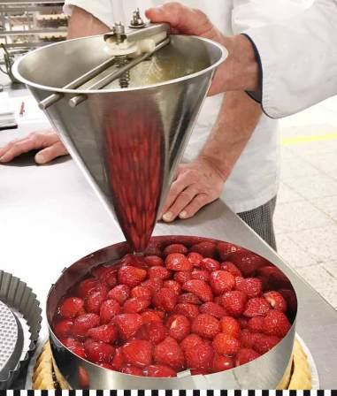 Die Torte wird mit Tortenguss begossen, nach 2 Stunden Kühlung ist sie schnittfest