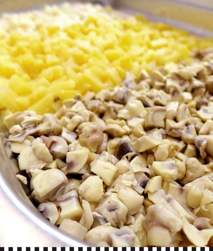 Fein gehackt: frische Champagnons, in der Saison frischer Spargel, dazu Ananas für die fruchtige Note