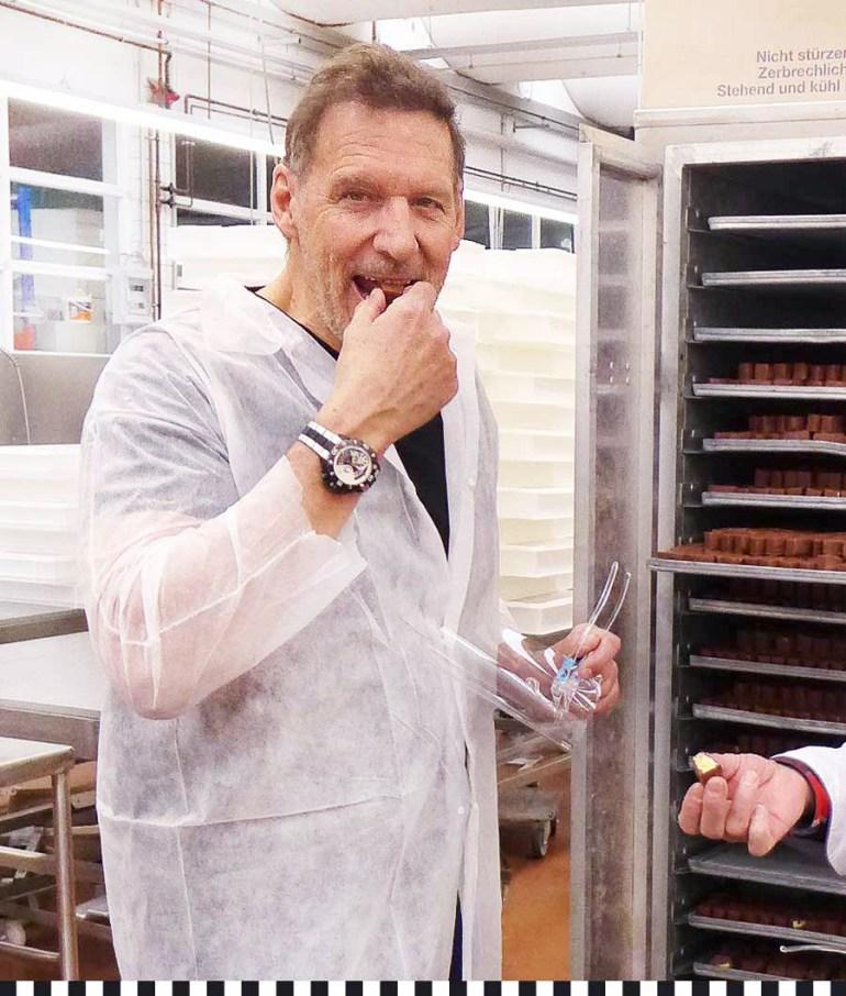 Ralf Moeller probiert Gladbacher Knööp in der Konditotrei Heinemann