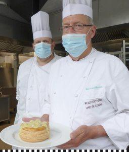Zwei Köche mit der Heinemann-Pastete