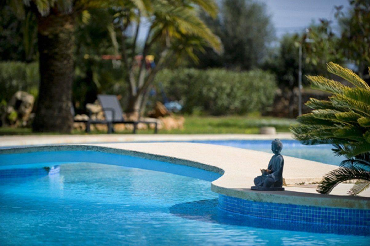 Buddha Figur am Pool