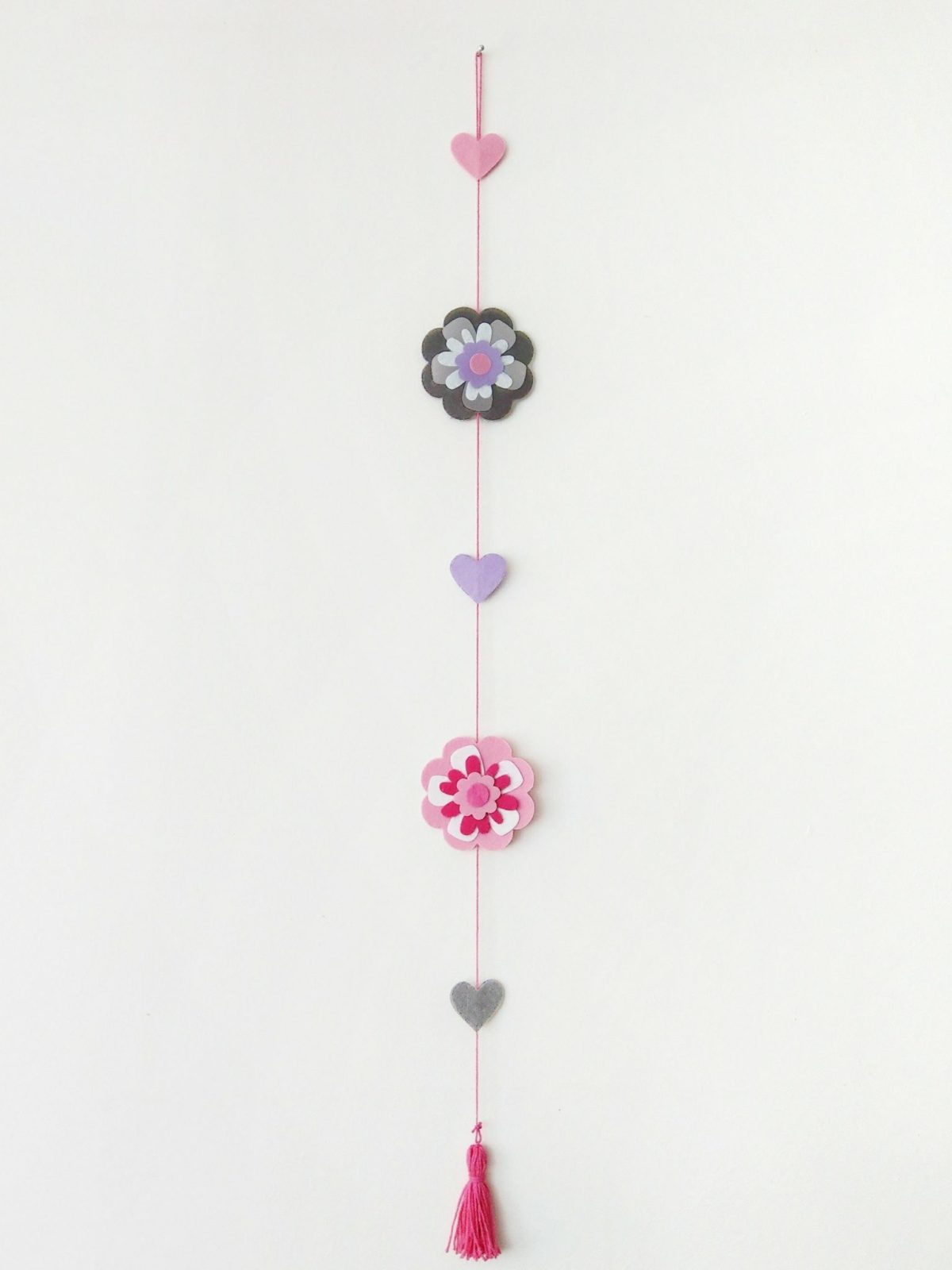 Eine Blumengirlande aus Filz basteln geht schnell und ist das perfekte Geschenk zum Muttertag