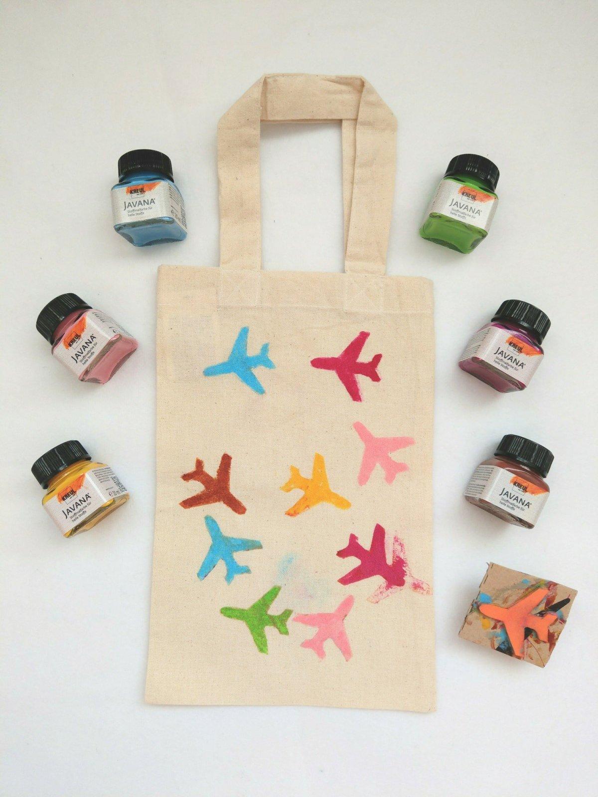 Mit einem Stempel aus Moosgummi und Stoffmalfarbe lassen sich tolle Muster auf Taschen und Kleidungsstücke stempeln