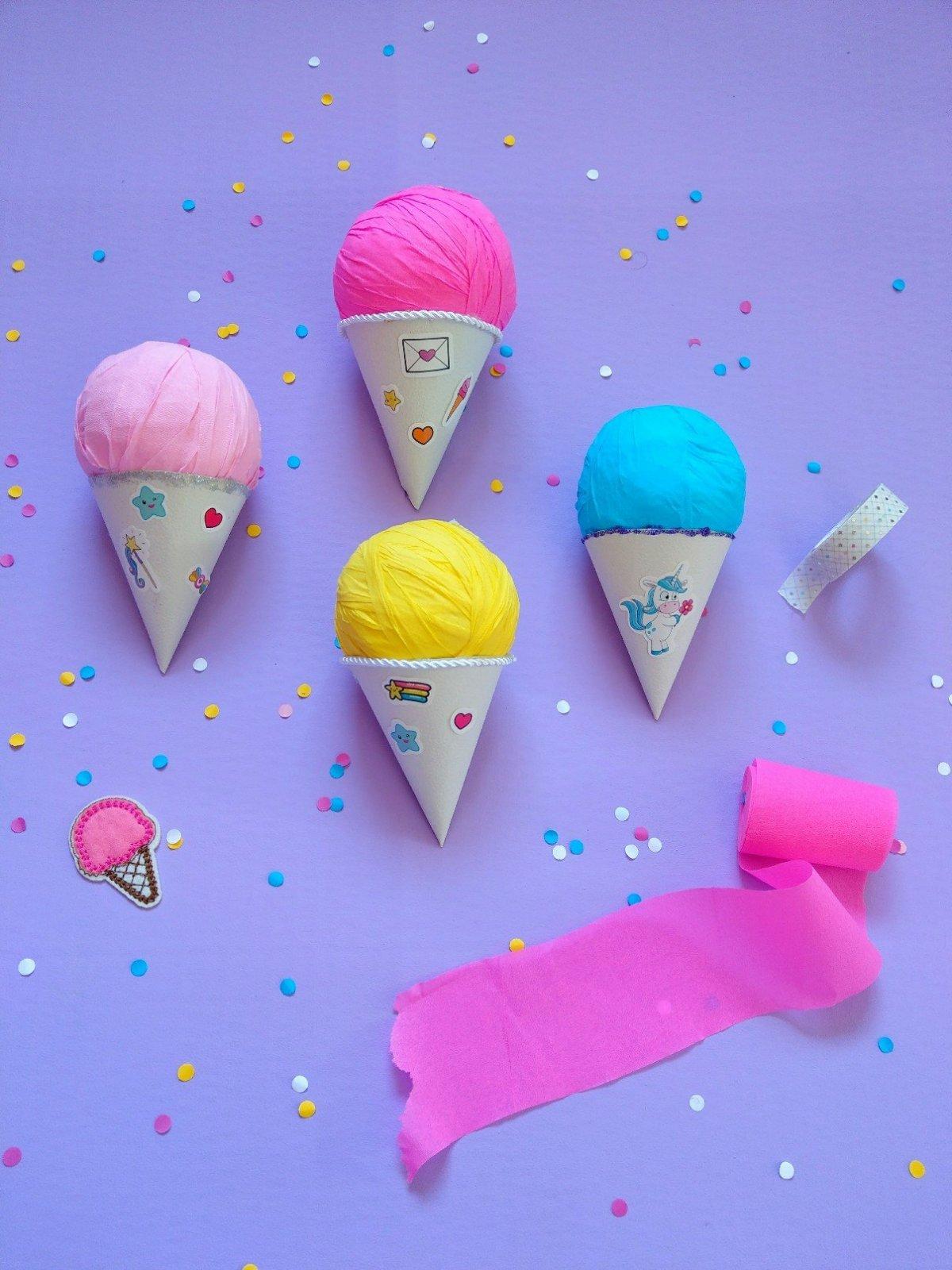 Hier zeige ich euch wie ihr Geschenke in Eis verpacken könnt. Einfache, schnelle und originelle Geschenkidee für den Sommer. Eistüte selber basteln und die Eiskugel mit kleinen Geschenken bestücken.