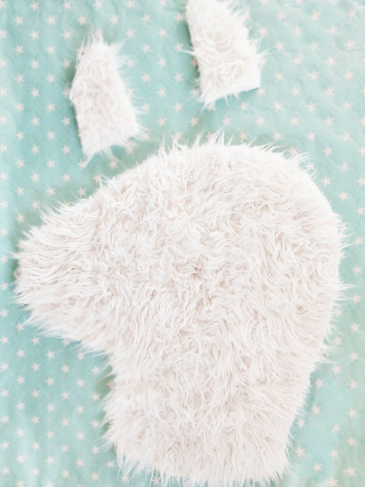 lama teppich selber machen einfache diy anleitung f r das kinderzimmer kleinliebchen. Black Bedroom Furniture Sets. Home Design Ideas