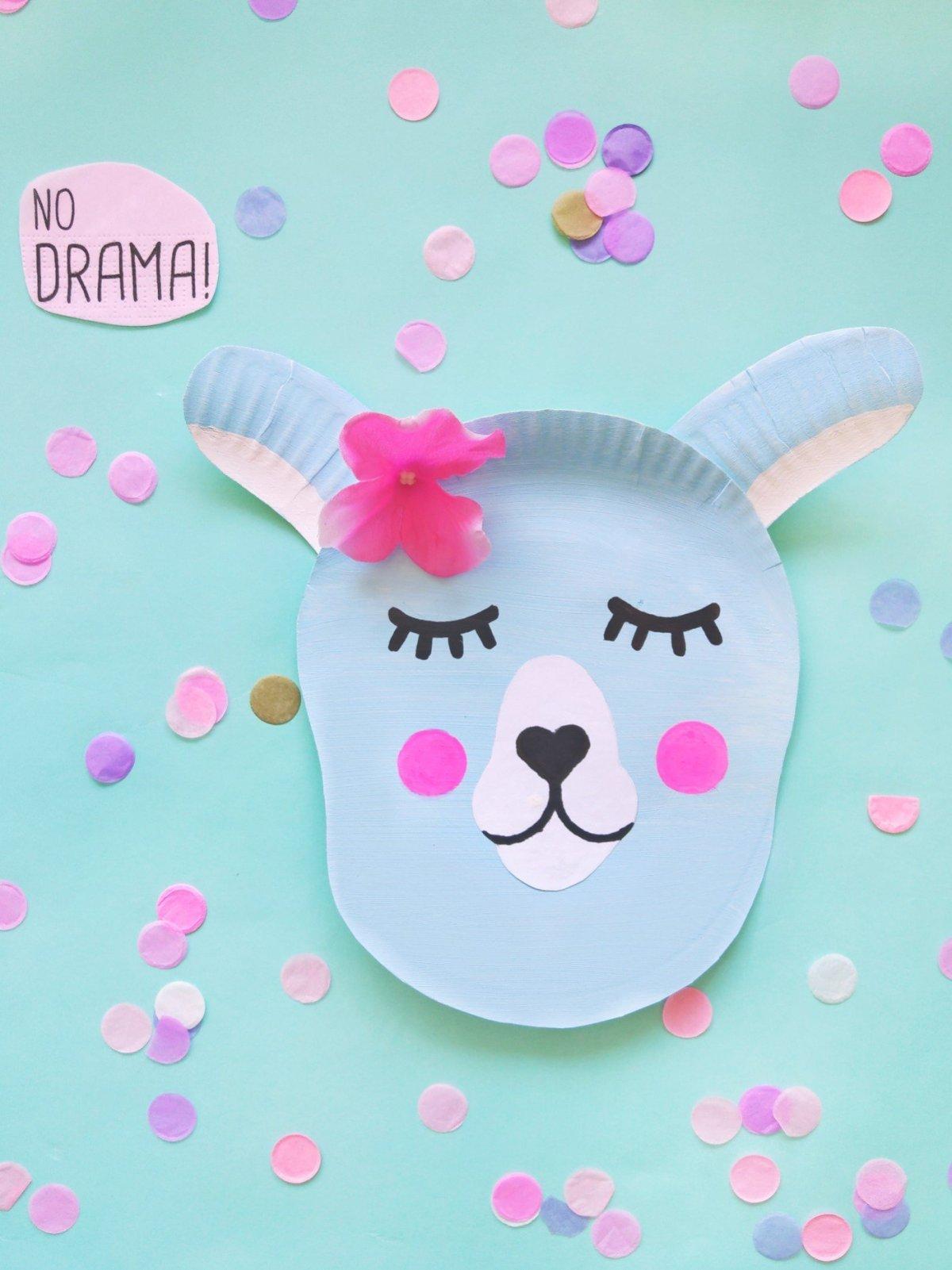 Aus Papptellern kann man die tollsten Dinge basteln. So wie dieses süße Lama. Wie ihr diese Deko-Idee ganz einfach selber machen könnt, zeige ich euch im Blogbeitrag.