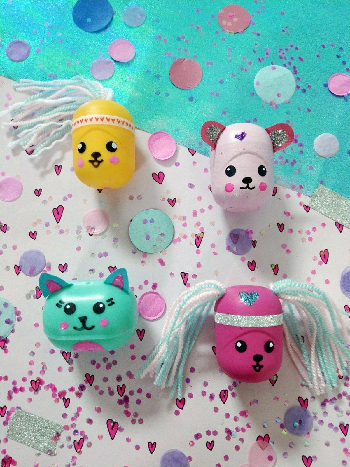 Hier zeige ich euch eine lustige Überraschungsei Bastelidee. Mit ein wenig Farbe lassen sich süße Verpackungen gestalten, in die man kleine Geschenke, Liebesbotschaften oder Schulbedarf wie Büroklammern stecken kann. DIY Schritt für Schritt Anleitung.
