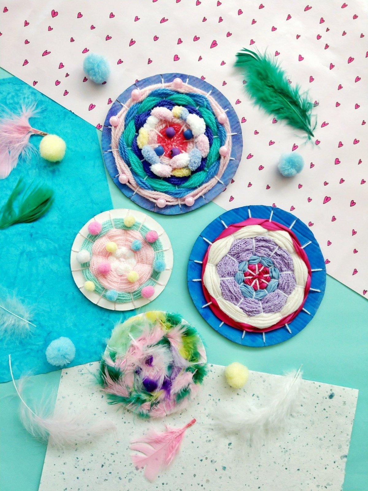 Tolle Anleitung und Ideensammlung zum weben mit Kindern. Wenn ihr mal wieder nicht wisst wie ihr euer Kind beschäftigen sollt, schneidet doch einfach einen Kreis aus Karton und lässt es ein schönes Webbild machen. Tolle Geschenkidee für die Oma.