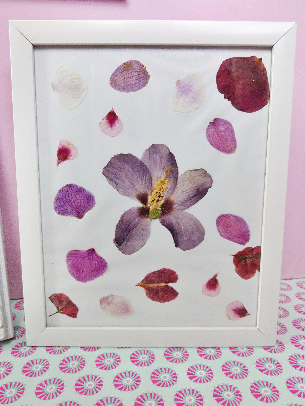 Deko Idee im Bilderrahmen aus getrockneten Blumen und Blüten.