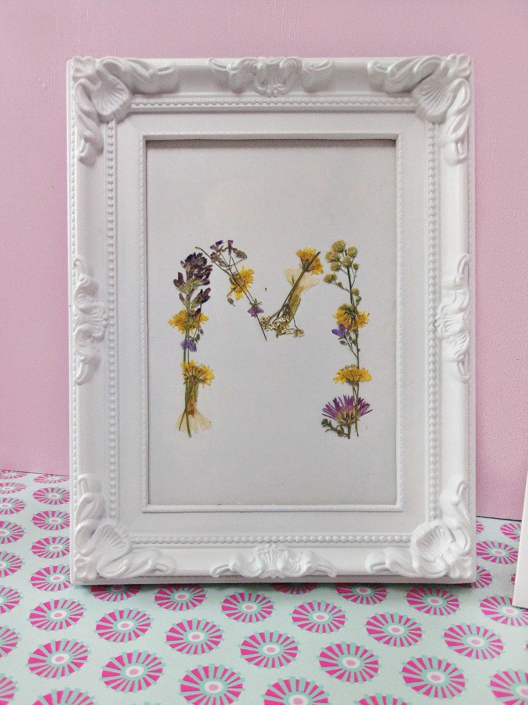DIY Geschenk Idee aus getrockneten Blumen. Ein personalisierte Bilderrahmen mit Initialien oder Buchstaben aus getrockneten Blumen. Basteln mit Kindern. Deko-Idee im Bilderrahmen.
