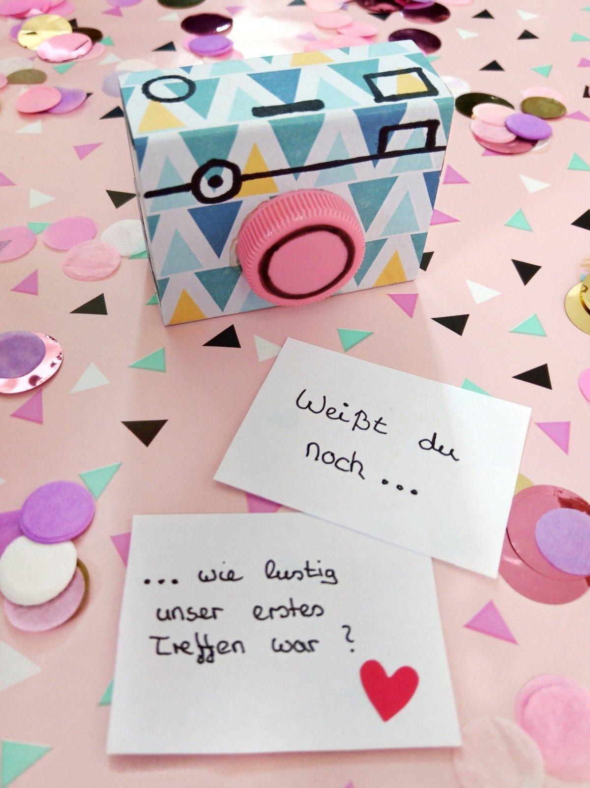 Sucht ihr noch nach einer orginellen Geschenkidee zum nächsten Geburtstag? Den Fotoapparat aus Streichholzschachteln könnt ihr schnell und einfach basteln. Auch für Kinder ein toller Spaß.
