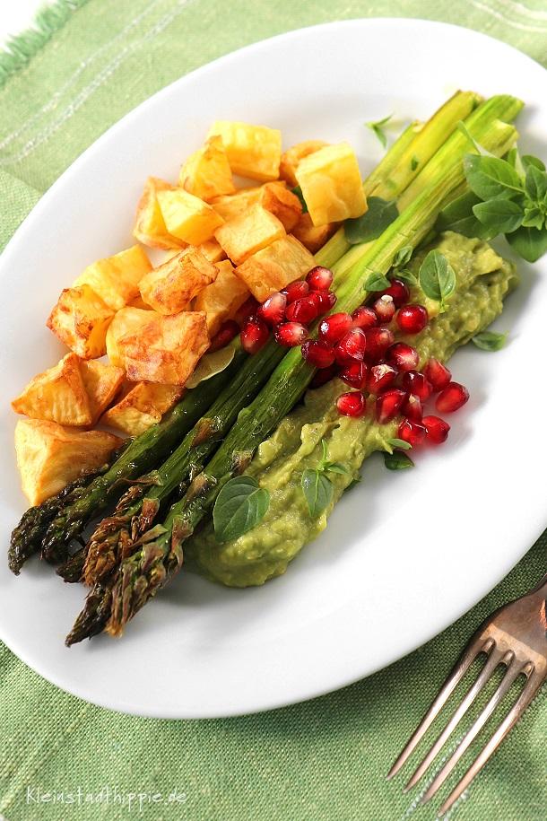 Grüner Spargel mit Kartoffelwürfelchen und Avocadocreme