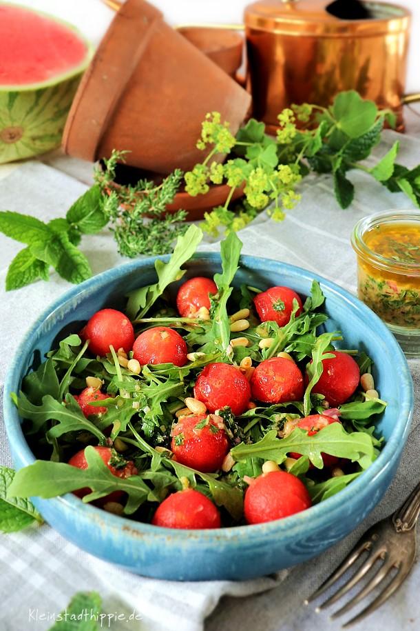 Herrlich frischer Sommersalat mit Kräutern aus meinem Garten