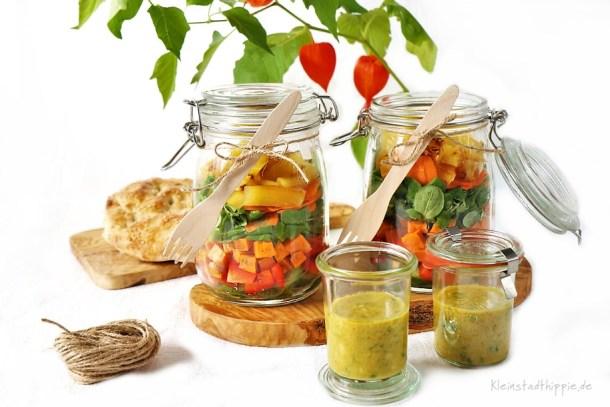 Salat im Glas mit gebratener Ananas und Süßkartoffeln