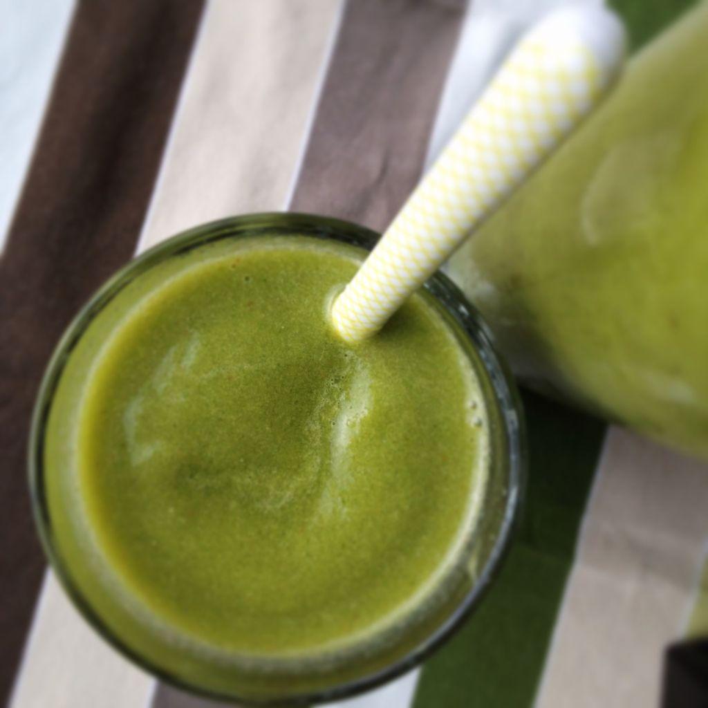 green smoothie - gruener Smoothie rezept vitamix test auf kleinstyle.com It's easy being green smoothie mit rezept