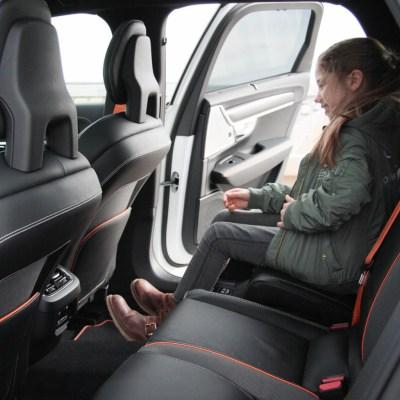 Volvo V90 Cross Country Ocean Race Familienauto zum Verlieben Erfahrungsbericht auf kleinSTYLE.com integrierter Kinder Boostersitz