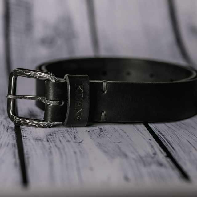 Кожаный ремень с кованой пряжкой